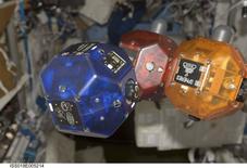Smartphones do Google com tecnologia de sensores 3D de última geração estão prestes a entrar em órbita, onde se tornarão os cérebros e os olhos de robôs flutuantes na Estação Espacial Internacional. 03/07/2014 REUTERS/NASA/Divulgação via Reuters