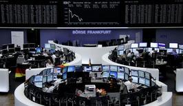 Les Bourses européennes creusent leurs pertes à la mi-séance. À Paris, le CAC 40 recule de 0,42%, à 4.387,09 points vers 10h50 GMT. Le Dax cède 0,48% à Francfort et le FTSE 0,47% à Londres.  /Photo prise le 8 juillet 2014/REUTERS