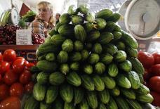 Овощи на рынке в Санкт-Петербурге, 9 июня 2011 года. Потребительские цены в РФ с 1 по 7 июля выросли сразу на 0,3 процента, втрое превысив показатель последних четырех недель, когда инфляция была на уровне 0,1 процента в неделю, сообщил в среду Росстат. REUTERS/Alexander Demianchuk