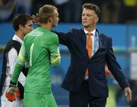 Netherlands coach Louis van Gaal (R) consoles goalkeeper Jasper Cillessen after their 2014 World Cup semi-finals against Argentina at the Corinthians arena in Sao Paulo July 9, 2014. REUTERS/Sergio Moraes