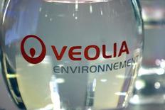 Veolia Environnement, qui a annoncé jeudi un accord avec des fonds gérés par Oaktree Capital Management en vue de céder ses activités de gestion de l'eau, des déchets et de l'énergie en Israël, à suivre jeudi à la Bourse de Paris. /Photo d'archives/REUTERS/Charles Platiau