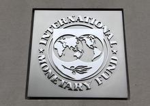 Логотип МВФ на штаб-квартире организации в Вашингтоне 18 апреля 2013 года. Украина, ожидающая второй транш кредита Международного валютного фонда, просит у Запад дополнительную финансовую поддержку для преодоления последствий продолжающейся третий месяц войны с пророссийскими сепаратистами на индустриальном востоке, сказал премьер-министр Арсений Яценюк. REUTERS/Yuri Gripas