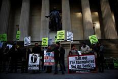 En la imagen, miembros de Occupy Wall Street participan en una protesta junto a la Bolsa de Nueva York para que se restauren los beneficios por desempleo. 7 de febrero, 2014.  El número de estadounidenses que solicitó por primera vez el seguro estatal de desempleo bajó la semana pasada a uno de sus menores niveles desde antes de la recesión de 2007-2009, una señal de que sigue mejorando la salud del mercado laboral. REUTERS/Eduardo Munoz