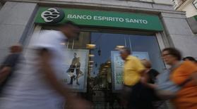 Les difficultés rencontrées par la banque portugaise Banco Espirito Santo (BES), dont la cotation a été suspendue jeudi à Lisbonne, entraînent dans leur sillage tout le secteur financier européen ainsi qu'une nette remontée des rendements des obligations du Portugal. /Photo prise le 20 juin 2014/REUTERS/Rafael Marchante