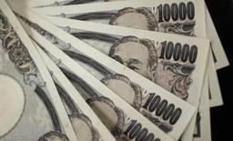 Банкноты номиналом 10000 иен в Токио, 2 августа 2011 года. Иена готова завершить неделю ростом, подскочив до пятимесячного пика к евро за ночь, так как опасения о состоянии португальского банка обрушили мировые акции и повысили спрос на безопасные валюты. REUTERS/Yuriko Nakao