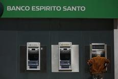 A man uses an automated teller machine of Portuguese bank Banco Espirito Santo in downtown Lisbon June 20, 2014.  REUTERS/Rafael Marchante