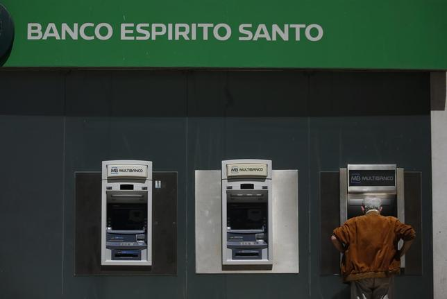A man uses an automated teller machine of Portuguese bank Banco Espirito Santo in downtown Lisbon June 20, 2014.  REUTERS/Rafael Marchante
