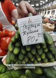 Прилавок с овощами на рынке в Санкт-Петербурге, 9 июня 2011 года. Население России стало немного оптимистичнее в оценках роста цен на июль, но доля ожидающих его по-прежнему велика, будущий инфляционный фон видится повышенным, а настроения по поводу ситуации в экономике ухудшаются. REUTERS/Alexander Demianchuk