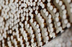 Les titres des cigarettiers Reynolds American et Lorillard figurent au rang des valeurs à suivre ce vendredi sur les marchés américains, alors qu'Imperial Tobacco, quatrième acteur mondial du secteur, a indiqué discuter du rachat de certaines marques et certains actifs que les deux groupes américains pourraient mettre en vente. /Photo d'archives/REUTERS/Michaela Rehle