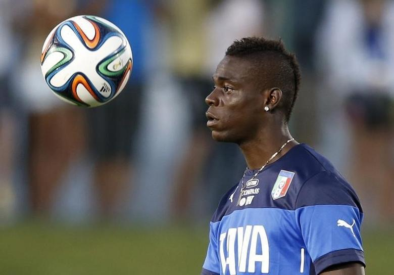 Italy's national soccer player Mario Balotelli attends a training session at the Maria Lamas Farache-Frasqueirao stadium in Natal, June 21, 2014.    REUTERS/Toru Hanai
