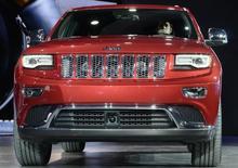Chrysler Group procède au rappel de près de 900.000 SUV Jeep Grand Cherokee (photo) et Dodge Durango dont le miroir de courtoisie serait défaillant. /Photo d'archives/REUTERS/James Fassinger