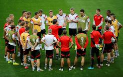 Germany's national soccer team coach Joachim Loew (C) talks to his players during a training session in Estadio Mineirao in Belo Horizonte July 7, 2014. REUTERS/Leonhard Foeger