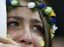 Torcedora brasileia chora após derrota para a Holanda em Brasília. 12/07/2014 REUTERS/Ueslei Marcelino