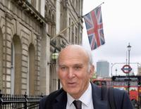 Selon le ministre britannique des Entreprises Vince Cable, Londres souhaite obliger les acquéreurs étrangers de grandes entreprises britanniques à prendre des engagements fermes sur des sujets d'intérêt national comme l'investissement et la recherche. /Photo prise le 13 mai 2014/REUTERS/Toby Melville