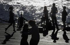 Танцующая пара на набережной Москва-реки, 5 июня 2011 года. Москву ждет знойная рабочая неделя с минимальным количеством осадков, ожидают синоптики. REUTERS/Denis Sinyakov