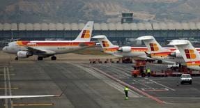 IAG, maison-mère des compagnies British Airways, Iberia et Vueling, va convertir en commandes fermes 20 options portant sur des A320neo d'Airbus. /Photo d'archives/REUTERS/Sergio Perez
