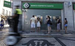 Espirito Santo Financial Group (ESFG), premier actionnaire de Banco Espirito Santo, a annoncé avoir vendu 4,99% du capital de la banque afin de pouvoir honorer le remboursement d'un prêt souscrit  à l'occasion de l'augmentation de capital. /Photo prise le 11 juillet 2014/REUTERS/Rafael Marchante