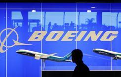 Boeing à suivre sur les marchés américains. L'avionneur a annoncé dimanche qu'il comptait commercialiser une nouvelle version de son monocouloir 737 avec plus de sièges, intensifiant ses efforts pour attirer des compagnies à bas coûts face à l'A320 d'Airbus. /Photo d'archives/REUTERS/Vivek Prakash