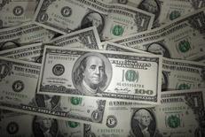 Долларовые банкноты, Варшава, 13 января 2011 года. Доллар вырос к иене в понедельник в ожидании выступления главы ФРС США Джанет Йеллен в Конгрессе на этой неделе, где она намекнет, чего ждать от монетарной политики Центробанка. REUTERS/Kacper Pempel