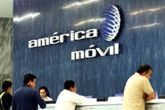 El logo de América Móvil en sus oficinas corporativas en Ciudad de México, feb 13 2013. El gigante de las telecomunicaciones mexicano América Móvil dijo el lunes que tendrá casi un 51 por ciento del control de Telekom Austria, su más reciente aventura de negocios en el Viejo Continente, tras liquidar una oferta por poco más de 1,000 millones de dólares que culminó la semana pasada. REUTERS/Edgard Garrido
