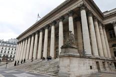 Les Bourses européennes marquent une pause mardi après deux jours de hausse, dans des marchés attentistes avant la publication dans la matinée de l'indice ZEW du sentiment des investisseurs en Allemagne et de l'inflation britannique. À Paris, le CAC 40 cède 0,11% à 4.345,49 points vers 7h20  GMT. Francfort perd 0,1%, Londres 0,11% et l'EuroStoxx 50 0,15%. /Photo d'archives/REUTERS/Charles Platiau