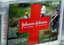 Аптечка Johnson & Johnson на полке магазина в Вестминстере, Колорадо 14 апреля 2009 года. Выручка и прибыль Johnson & Johnson значительно превысила прогнозы во втором квартале благодаря продажам новых рецептурных лекарств, включая средство для лечения гепатита С Olysio. REUTERS/Rick Wilking