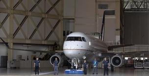 Avião E-175 na fábrica da Embraer em São José dos Campos (SP). Março de 2012. REUTERS/Paulo Whitaker