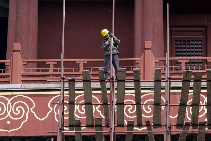 A labourer works at the Drum Tower in Beijing, April 30, 2014. REUTERS/Jason Lee/Files