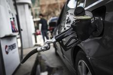 Автомобиль на АЗС в Торонто 22 апреля 2014 года. Цены на нефть растут за счет хорошей макроэкономической статистики Китая и значительного сокращения запасов нефти в США. REUTERS/Mark Blinch