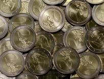 Монеты 2 евро на монетном дворе в Вене 20 июня 2013 года. Курс евро близок к пятимесячному минимуму против иены и двухлетнему минимуму к фунту стерлингов после значительного падения накануне. REUTERS/Leonhard Foeger