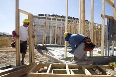 Les mises en chantier de logements et les permis de construire ont diminué contre toute attente aux Etats-Unis en juin, selon les statistiques publiées par le département du Commerce. /Photo d'archives/REUTERS/Steve Marcus