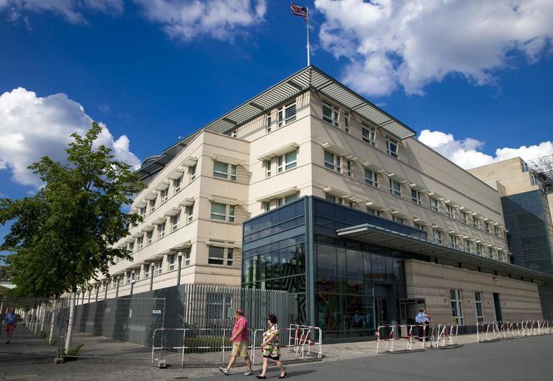 People walk past the U.S. Embassy in Berlin July 10, 2014.   REUTERS/Thomas Peter