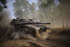 Танк израильской армии на границе с сектором Газа 17 июля 2014 года. Израиль начал наземную операцию в Секторе Газа в пятницу, поскольку 10 дней бомбардировок не помогли остановить ракетные атаки боевиков. REUTERS/Ronen Zvulun
