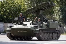 Ракетная установка пророссийских сепаратистов в Донецке 10 июля 2014 года. Канцлер Германии Ангела Меркель в пятницу назвала пророссийских сепаратистов на Украине хорошо вооружёнными и, похоже, получившими часть оружия через границу с Россией. REUTERS/Maxim Zmeyev