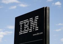 IBM, qui a publié jeudi soir un chiffre d'affaires supérieur aux attentes, mais dont les prévisions pour sa branche de logiciels ont déçu les investisseurs,  à suivre vendredi sur les marchés américains. /Photo d'archives/REUTERS/Rick Wilking