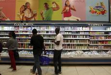 Danone a décidé d'acquérir 40% du groupe kenyan Brookside, leader des produits laitiers en Afrique de l'Est, dans le cadre de sa stratégie de développement sur de nouveaux marchés pour compenser la faiblesse de la croissance en Europe et le ralentissement de l'économie en Chine. /Photo prise le 18 juillet 2014/REUTERS/Thomas Mukoya