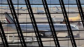 En baisse de 2,7%, Air France-KLM accuse la plus forte baisse du SBF 120 et de son indice sectoriel européen Thomson Reuters (-0,51%), plombée par un préavis de grève chez Air France en pleines vacances d'été. /Photo d'archives/REUTERS/Eric Gaillard