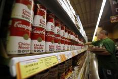 Campbell Soup est une des valeurs à suivre lundi à Wall Street. Le groupe spécialisé dans les soupes en conserve a confirmé lundi ses objectifs annuels pour l'exercice 2014, prévoyant en particulier une croissance de 3% du C.A. tiré des opérations poursuivies. /Photo d'archivs/REUTERS/Mario Anzuoni