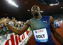 Atleta jamaicano Usain Bolt comemora após vencer a prova dos 100 metros em um encontro de atletismo em Zurique.  29/08/2013.  REUTERS/Denis Balibouse