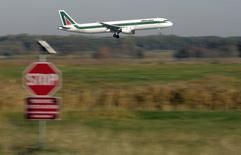 La Poste italienne est prête à investir encore dans la compagnie aérienne Alitalia mais à condition de ne pas reprendre à son compte les dettes passées de l'entreprise en grande difficulté, selon trois sources proches du dossier. Cette position de Poste Italiane pourrait remettre en cause le projet de rachat de 49% dans Alitalia par Etihad Airways. /Photo d'archives/REUTERS/Max Rossi