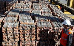 Imagen de archivo de un trabajador revisando un cargamento de cobre de Codelco en la refinería de la firma estatal en Ventanas, Chile, abr 16 2012. El Fondo Monetario Internacional (FMI) recortó su estimación de crecimiento para la desacelerada economía de Chile a un 3,2 por ciento en 2014, en medio de la debilidad en la inversión y del precio del cobre, la principal exportación del país.  REUTERS/Eliseo Fernandez