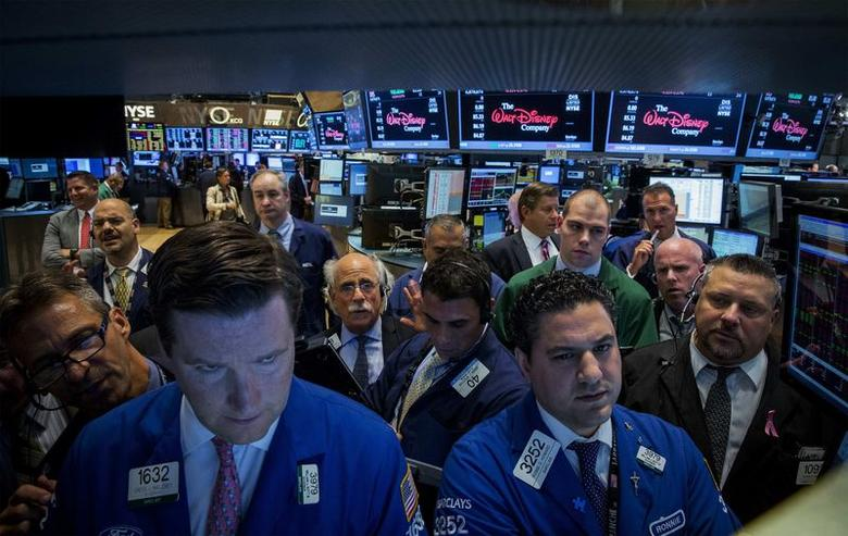 Traders work on the floor of the New York Stock Exchange July 17, 2014. REUTERS/Brendan McDermid/Files