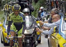 Tinkoff-Saxo team rider Alberto Contador of Spain gets mechanic assistance after he fell during the 161.5-km tenth stage of the Tour de France cycling race between Mulhouse and La Planche Des Belles Filles July 14, 2014.                   REUTERS/Jean-Paul Pelissier