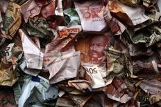 Мятые купюры различных стран в Загребе 18 января 2011 года. Европейский банк реконструкции и развития приостановит новые инвестиции в Россию, прислушавшись к рекомендациям Евросоюза, ужесточившего санкции против Москвы из-за украинского кризиса. REUTERS/Nikola Solic