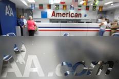 United Continental Holdings et American Airlines ont fait état d'une hausse de leurs résultats du deuxième trimestre, grâce essentiellement à un meilleur taux de remplissage de leurs avions. American Airlines, première compagnie aérienne mondiale depuis son rapprochement avec US Airways à la fin de 2013, a annoncé un chiffre d'affaires en hausse de 3,1%, à 11,4 milliards d'euros et un bénéfice net de 864 millions le meilleur bénéfice trimestriel de son histoire. /Photo prise le 17 juin 2014/REUTERS/Carlos Garcia Rawlins