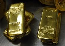 Слитки золота в хранилище Pro Aurum в Мюнхене 3 марта 2014 года. Резервы РФ уменьшились на $4,2 миллиарда за прошлую неделю в основном из-за отрицательной переоценки евро и золота; другие факторы, влияющие на динамику, за отчетный период также играли против. REUTERS/Michael Dalder