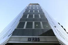 Royal Bank of Scotland a réalisé un bénéfice imposable d'un milliard de livres (1,26 milliard d'euros) sur le deuxième trimestre, un montant largement supérieur aux attentes des analystes financiers, grâce une reprise de provisions pour pertes passées sur de mauvaises créances. /Photo d'archives/REUTERS/Paul Hackett