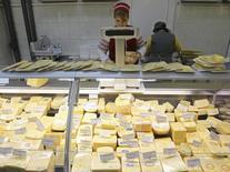 Витрина с сыром в киевском супермаркете 29 февраля 2012 года. Россия запретила импорт любой молочной продукции с Украины, объяснив новый виток в ухудшении взаимной торговли проблемами с контролем качества продукции. REUTERS/Gleb Garanich