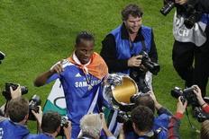Drogba comemora conquista do Chelsea na Liga dos Campeões de 2012.   REUTERS/Michaela Rehle