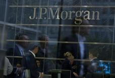 Des dirigeants de JP Morgan Chase ont été interrogés par les autorités de régulation pour déterminer si les conseillers de la banque privée poussaient leurs clients à acheter les produits financiers de l'établissement, rapporte le Wall Street Journal. /Photo d'archives/REUTERS/Neil Hall